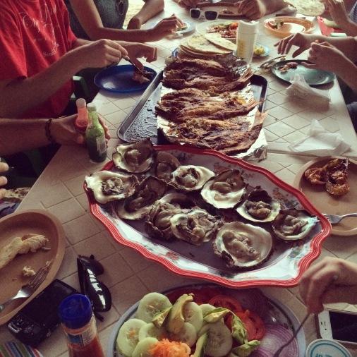verse oesters, vis en garnalen aan het strand