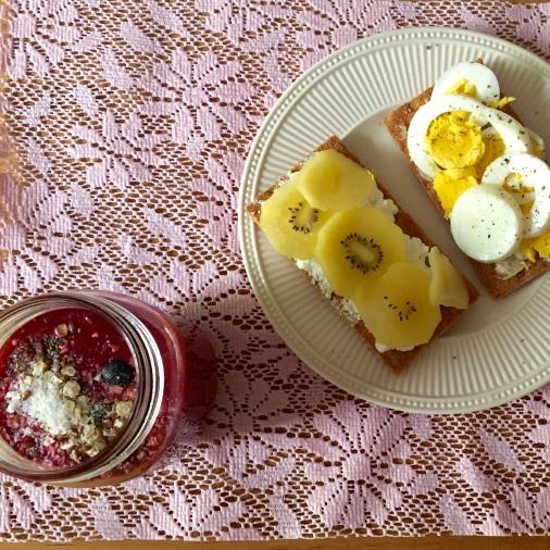 knackebrod met ei, huttekase en fruit, met een smoothie