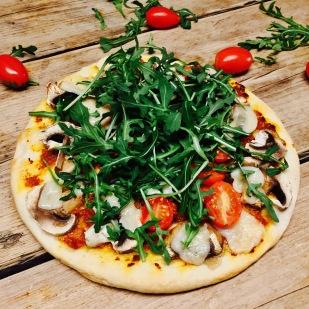 Magioni pizza met zelfgemaakte zongedroogde tomatenpesto, champions, cherry tomaat e nruccola 😋😋