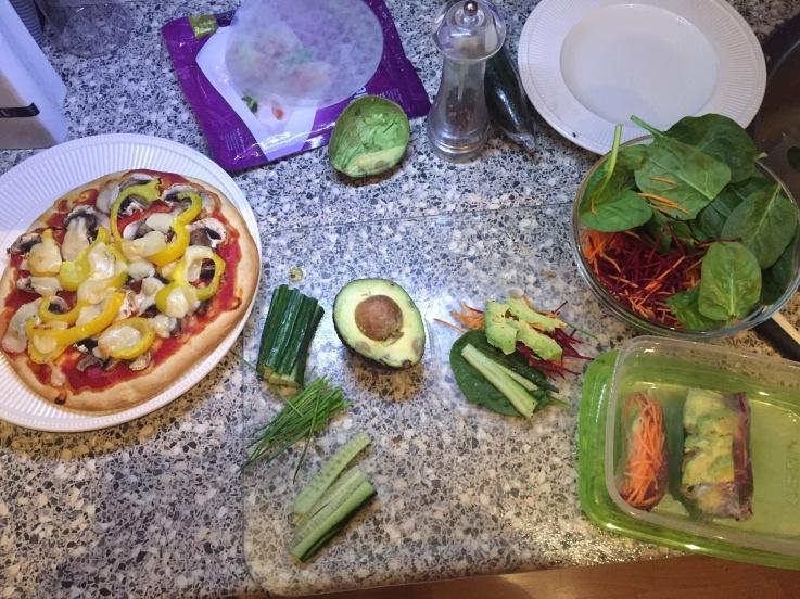 Terwijl ik mijn magioni (bloemkoolbodem) pizza opeet, maak ik vast mijn lunch voor de volgende middag klaar: vegetarische rijstsushi's met rouwkost en avocado.