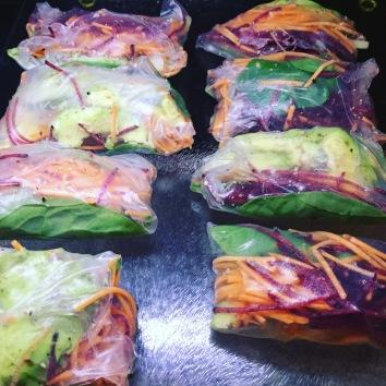 Dit is zo geniaal lekker als snack of lunch!! In deze rolletjes zit: spinazi, avocado, geraspte biet en wortel en bieslook.
