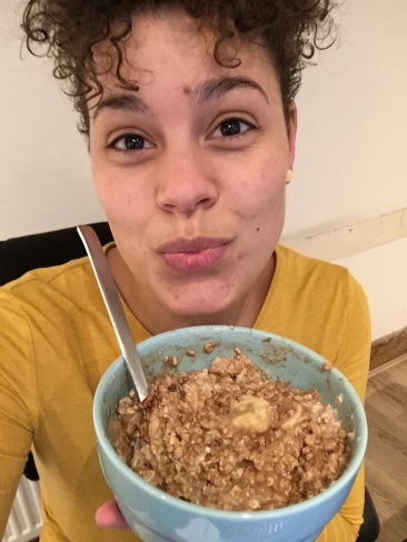 Favo ontbijt: havermout met amandelmelk, banaan, cacao en kokos