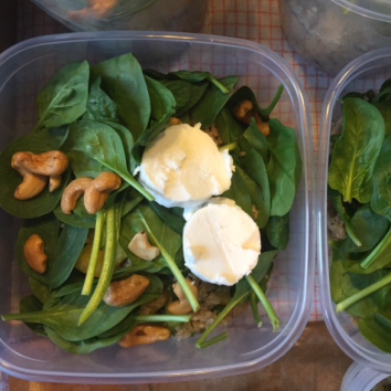 Parel couscous met verse spinazi, geitenkaas en cashewnoten.